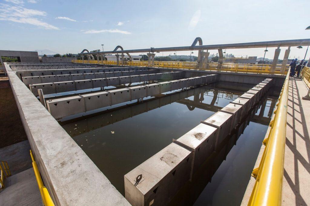 tanque com agua da estação de tratamento de esgoto de deodoro na zona oeste do rio de janeiro