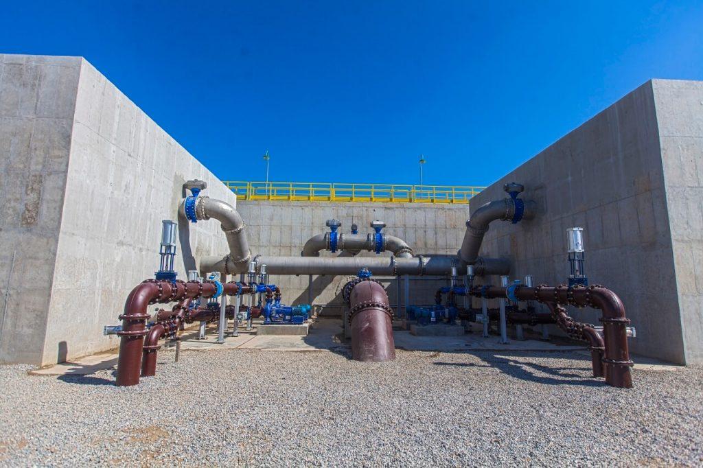 dutos e canos na parte externa da nova estação de tratamento de esgoto em deodoro, na zona oeste do rio de janeiro