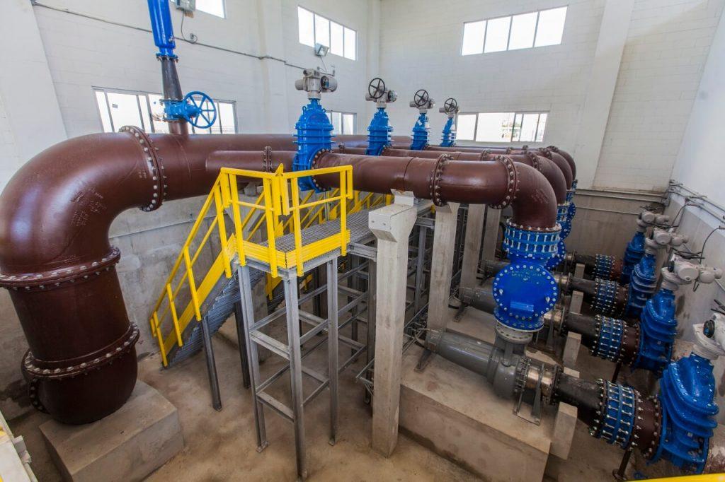 dutos e tubos internos da estação de tratamento de esgoto de deodoro na zona oeste do rio de janeiro