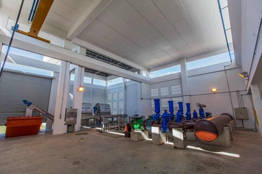 parte interna da nova estação de tratamento de esgoto em deodoro, na zona oeste do rio de janeiro