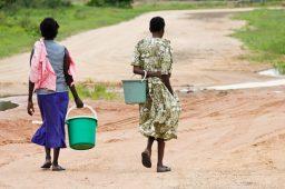 meninas com baldes buscam água na áfrica