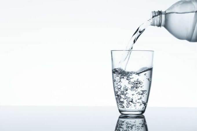 garrafa completa copo com agua