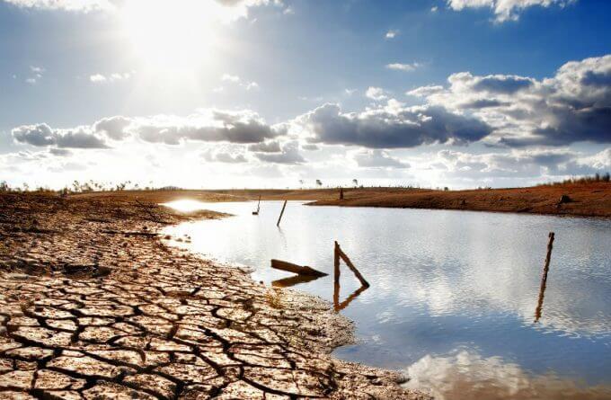 açude seco por causa da seca - WIDE