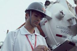 manutenção em rede de esgoto da odebrecht ambiental