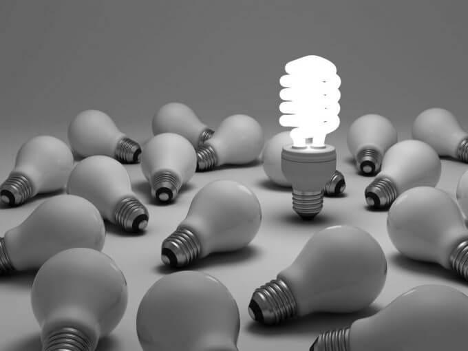 Uma lampada acesa de led entre lampadas apagadas