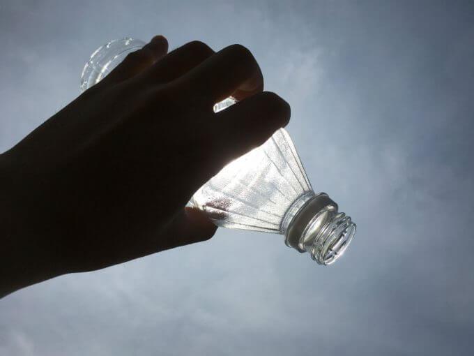 garrafa sem água contra o sol