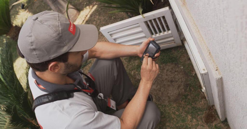 Leiturista lê hidrômetro da Odebrecht Ambiental