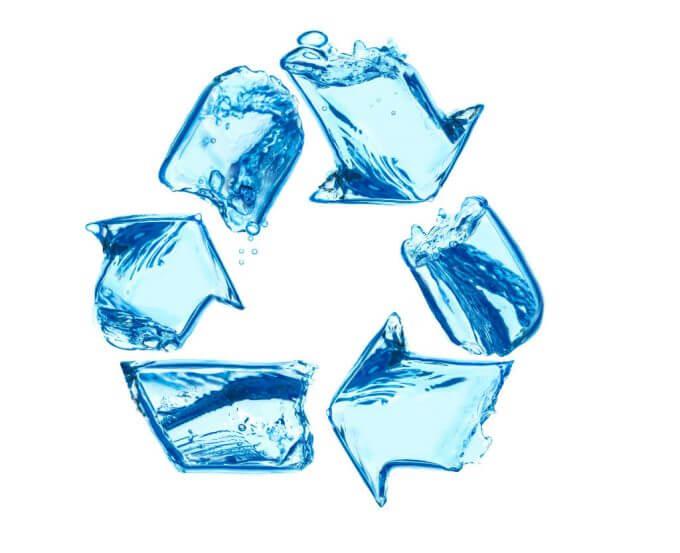 simbolo de reciclagem feito com agua