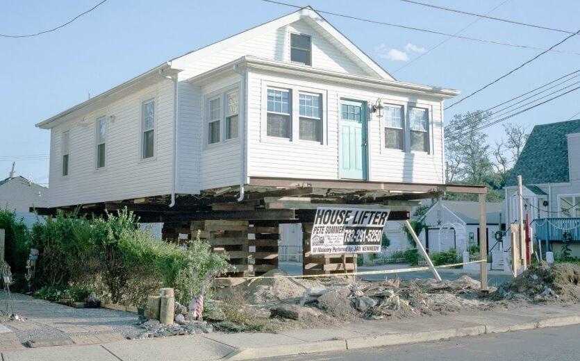 House lifting já gerou uma nova categoria de serviços na costa americana (Foto: Ira Wagner/House Raising)
