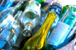 Sistema na Alemanha troca garrafas recicláveis por dinheiro