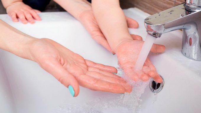 Criança lavando a mão