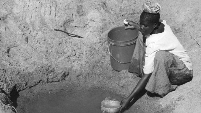mulher busca agua poço universalização