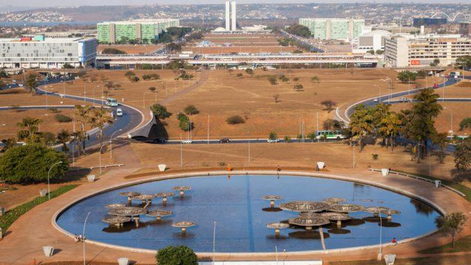 seca em brasilia esplanada grama seca