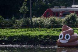 Emoji inflável de cocô flutua no rio Pinheiros em campanha por limpeza do rio