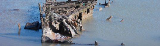 Barco abandonado no mar. Crédito: PxHere