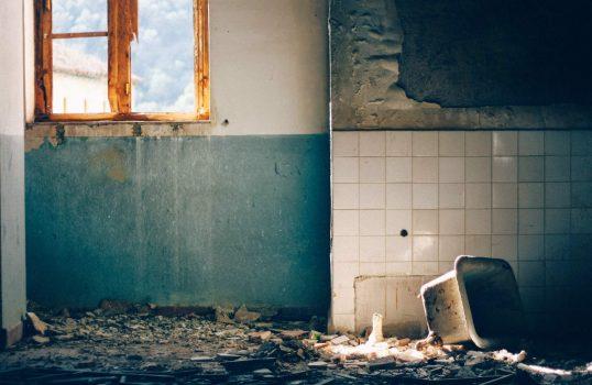 Banheiro em condições precárias. Crédito: Paco S/Unsplash