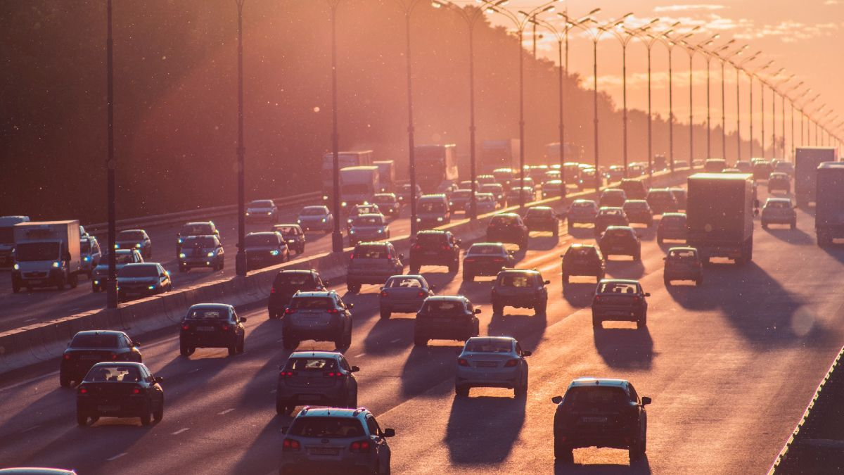 Trânsito de veículos. Crédito: Alexander Popov/Unsplash