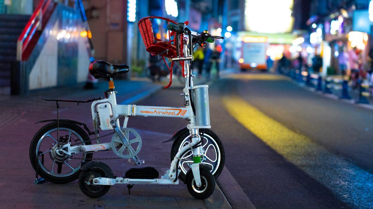 Bicicleta e patinete. Crédito: Kenny Luo/Unsplash