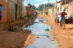 Esgoto a céu aberto em rua. Crédito: Valter Campanato/Agência Brasil