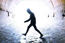 Homem caminha no esgoto. Crédito: Viktor Paris/Unsplash