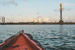 Barco em rio de Recife. Crédito: CKTuristando/Unsplash