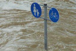 Placa de pedestre sob enchente. Crédito: PxHere